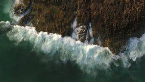 дел Волны и море брызгают в замедленном движении, как увидено от неба сток-видео