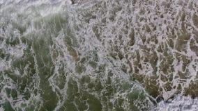 дел Движение волн на пляже от неба акции видеоматериалы