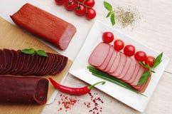 деликатность Еда мяса на плите стоковые фото