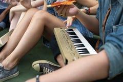 Единение приятельства людей есть молодежную культуру Concep пиццы Стоковое Изображение RF