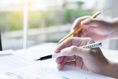 2 делового партнера анализируя финансовый отчет обсуждая th Стоковое фото RF