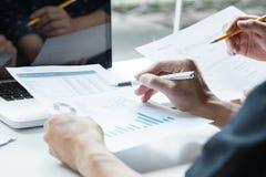 2 делового партнера анализируя финансовый отчет обсуждая th Стоковая Фотография RF