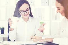 2 делового партнера в белом офисе с кофе Стоковое Изображение