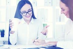 2 делового партнера в офисе с кофе Стоковые Фотографии RF
