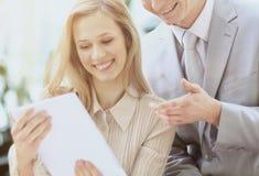 2 делового партнера изучают рабочий план используя таблетку Стоковая Фотография RF