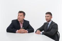 2 делового партнера коллег сидя на столе Стоковая Фотография RF