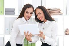 2 делового партнера наблюдая видео Стоковые Изображения
