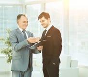 2 делового партнера на встречах анализируют важные документы Стоковые Изображения