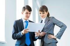 2 делового партнера обсуждая отчеты Стоковые Изображения