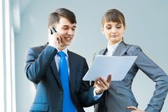 2 делового партнера обсуждая отчеты Стоковая Фотография RF