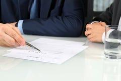 2 делового партнера подписывая документ Стоковые Изображения