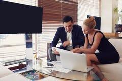 2 делового партнера работают совместно в современном интерьере Стоковые Изображения RF