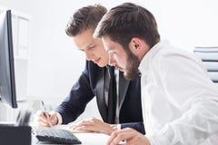 2 делового партнера работая как команда Стоковые Изображения