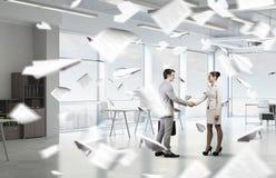 2 делового партнера тряся руки Стоковые Изображения