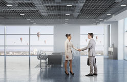 2 делового партнера тряся руки Стоковое Изображение