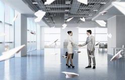 2 делового партнера тряся руки Стоковое Фото