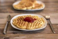 Ел домодельные waffles на белой плите с красным вареньем клубники превращать Стоковая Фотография