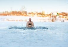 лед-отверстие Зим-пловца на озере Стоковые Фотографии RF