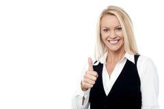 дело давая счастливые большие пальцы руки поднимает женщину Стоковые Фотографии RF