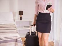 дело держит отключение чемодана сек человека непознаваемым стоковая фотография rf