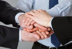 дело показывая успешные большие пальцы руки команды вверх Стоковое Изображение RF