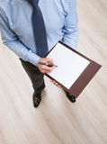 дело подряда наличных дег бизнесмена изолировало белизну оплащенную деньгами подписывая Стоковое Изображение RF