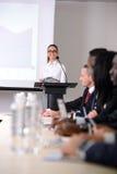 дело предводительствует стол конференции изолированный над белизной Стоковые Фотографии RF