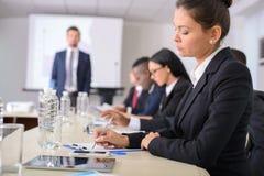 дело предводительствует стол конференции изолированный над белизной Стоковое Изображение