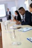 дело предводительствует стол конференции изолированный над белизной Стоковые Фото
