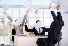 дело успешное 3 успешных бизнесмена бросая документы Стоковая Фотография RF