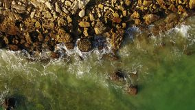 дел Прозрачные волны и брызгают на пляжах Алгарве акции видеоматериалы
