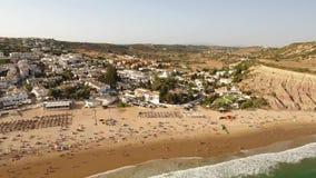 дел Трутень летания над деревней Luz в лете, полном туристов акции видеоматериалы