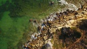 дел Трутни летая над волнами в круге Olhos de Agua акции видеоматериалы