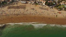 дел Туристы Videography на пляже Luz акции видеоматериалы