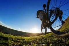 Едущ велосипед вниз с следа, конец-вверх заднее колесо Показ деятельности велосипеда поле глубины отмелое Стоковое Изображение RF