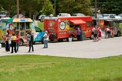 Еды покупки клиентов от тележек еды на фестивале весны Стоковое Изображение