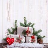 Ель подарочных коробок рождества разветвляет на Новый Год на деревянной таблице стоковые фотографии rf