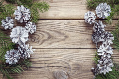 Ель разветвляет с конусами на старых деревянных досках Backgrou рождества Стоковые Изображения