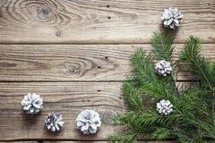 Ель разветвляет с конусами на старых деревянных досках Backgrou рождества Стоковые Изображения RF