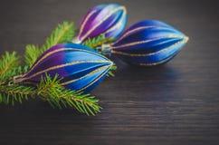 Ель рождества и фиолетовое украшение на деревянной доске Стоковые Фотографии RF