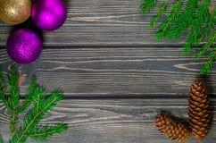 Ель рождества на деревянной предпосылке с конусами Стоковая Фотография