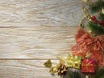 Ель рождества на деревянной текстуре. Стоковая Фотография RF