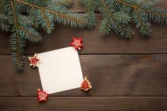 Ель рождества на предпосылке деревянной доски с Стоковое Изображение RF
