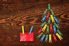 Ель рождества от пестротканых зажимок для белья на сделала старую деревянную коричневую предпосылку Стоковые Изображения