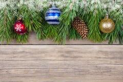Ель рождества с игрушкой на деревянной предпосылке Стоковое фото RF