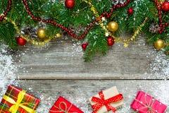 Ель рождества с конусами сосны и украшениями и boxe подарка Стоковое фото RF
