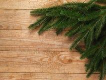 Ель рождества с украшением на предпосылке деревянной доски с космосом экземпляра Стоковые Изображения RF