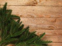 Ель рождества с украшением на предпосылке деревянной доски с космосом экземпляра Стоковые Изображения