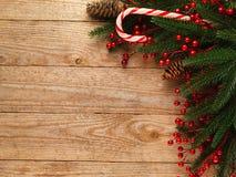Ель рождества с украшением на предпосылке деревянной доски с космосом экземпляра Стоковая Фотография RF