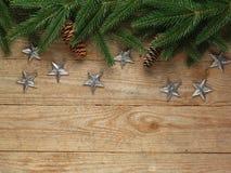 Ель рождества с украшением на предпосылке деревянной доски с космосом экземпляра Стоковое фото RF